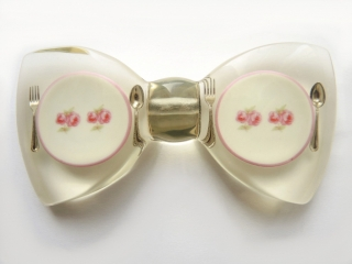 martin mascherl manufaktur zwei porzellanteller mit rosenmotiv und besteck. Black Bedroom Furniture Sets. Home Design Ideas